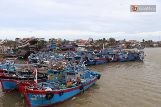 Bão đi qua, nhà sập hết nhưng người dân ven biển Quảng Ngãi vẫn chung tay giúp đỡ nhau, phụ vớt thuyền bị chìm lên bờ  - Ảnh 8.