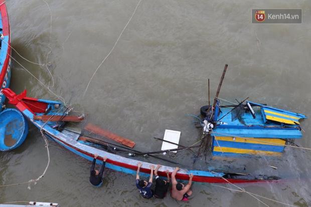 Bão đi qua, nhà sập hết nhưng người dân ven biển Quảng Ngãi vẫn chung tay giúp đỡ nhau, phụ vớt thuyền bị chìm lên bờ  - Ảnh 9.