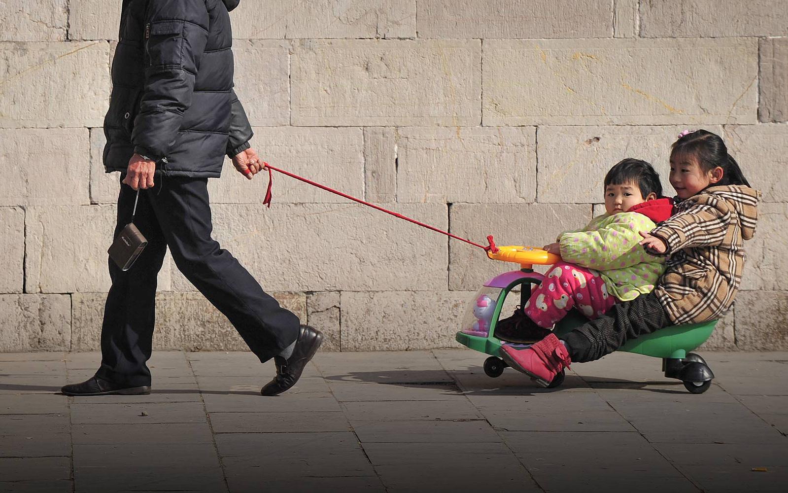 """Nỗi khổ tâm của thế hệ """"lão phiêu"""" tại Trung Quốc: Lặn lội từ quê lên thành phố để trông cháu thay con cái, cô đơn nơi đất khách thay vì tận hưởng tuổi già an nhàn"""