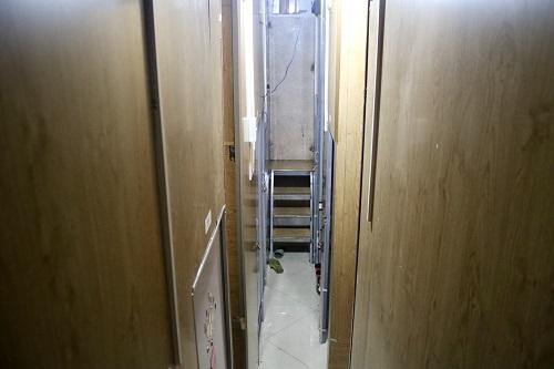 Khám phá cuộc sống khó tin nhưng có thật ở phòng trọ hộp diêm 3m2 giữa lòng Hà Nội - Ảnh 1.
