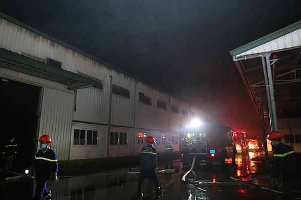 Cháy lớn tại Công ty Bao bì Fushan, thiệt hại ước tính hàng chục tỷ đồng - Ảnh 1.