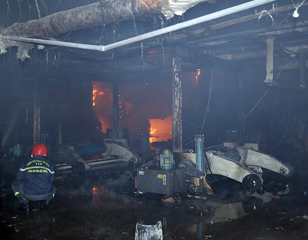 Cháy lớn tại Công ty Bao bì Fushan, thiệt hại ước tính hàng chục tỷ đồng - Ảnh 2.