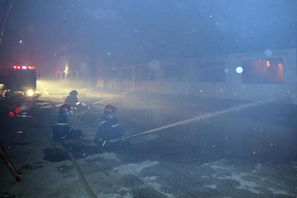 Cháy lớn tại Công ty Bao bì Fushan, thiệt hại ước tính hàng chục tỷ đồng - Ảnh 3.