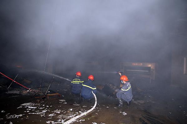 Cháy lớn tại Công ty Bao bì Fushan, thiệt hại ước tính hàng chục tỷ đồng - Ảnh 4.