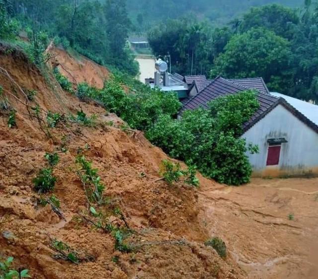 Đồi núi lở, đất đá tràn xuống 'uy hiếp' hàng trăm hộ dân miền núi Nghệ An - Ảnh 7.