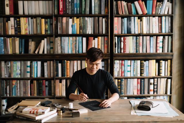 Sống bằng đam mê: Cựu sinh viên FTU rẽ ngang sang nghề viết chữ, đến nay thành nghệ nhân calligraphy số 1 Việt Nam  - Ảnh 1.