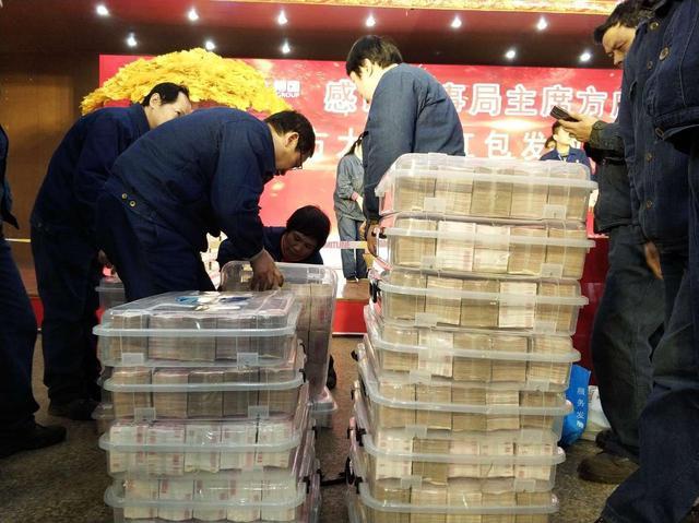 Vượt chỉ tiêu giữa mùa dịch Covid-19, tập đoàn gang thép Trung Quốc chơi trội tặng nhân viên 4.116 chiếc xe hơi, lý do đằng sau càng khiến nhiều người nể phục - Ảnh 3.