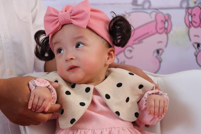 Gần 3 tháng sau ca phẫu thuật tách rời, cặp song sinh Trúc Nhi - Diệu Nhi được xuất viện, xuất hiện cực rạng rỡ và dễ thương  - Ảnh 2.