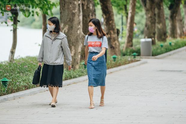 Chùm ảnh: Tiết trời se lạnh, người Hà Nội khoác thêm áo ấm, hưởng trọn không khí mát lành của mùa Thu - Ảnh 11.