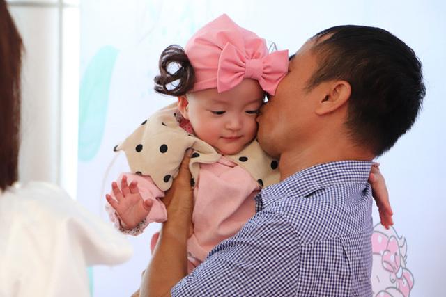 Gần 3 tháng sau ca phẫu thuật tách rời, cặp song sinh Trúc Nhi - Diệu Nhi được xuất viện, xuất hiện cực rạng rỡ và dễ thương  - Ảnh 12.