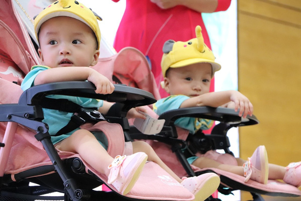 Gần 3 tháng sau ca phẫu thuật tách rời, cặp song sinh Trúc Nhi - Diệu Nhi được xuất viện, xuất hiện cực rạng rỡ và dễ thương  - Ảnh 23.