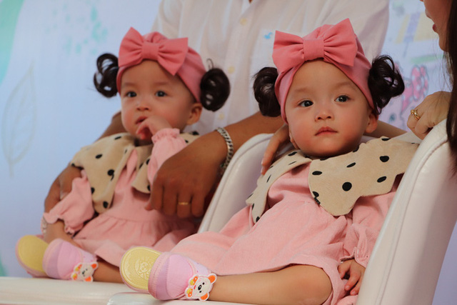 Gần 3 tháng sau ca phẫu thuật tách rời, cặp song sinh Trúc Nhi - Diệu Nhi được xuất viện, xuất hiện cực rạng rỡ và dễ thương  - Ảnh 8.