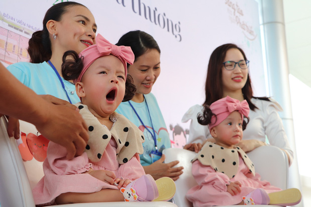 Gần 3 tháng sau ca phẫu thuật tách rời, cặp song sinh Trúc Nhi - Diệu Nhi được xuất viện, xuất hiện cực rạng rỡ và dễ thương  - Ảnh 10.