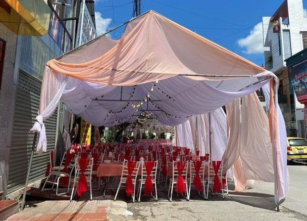 Diễn biến mới nhất vụ cô dâu Điện Biên bom 150 mâm cỗ cưới: Chủ nhà hàng đã tìm đến tận nhà gặp gia đình cô dâu và người nhận 156kg gà - Ảnh 3.