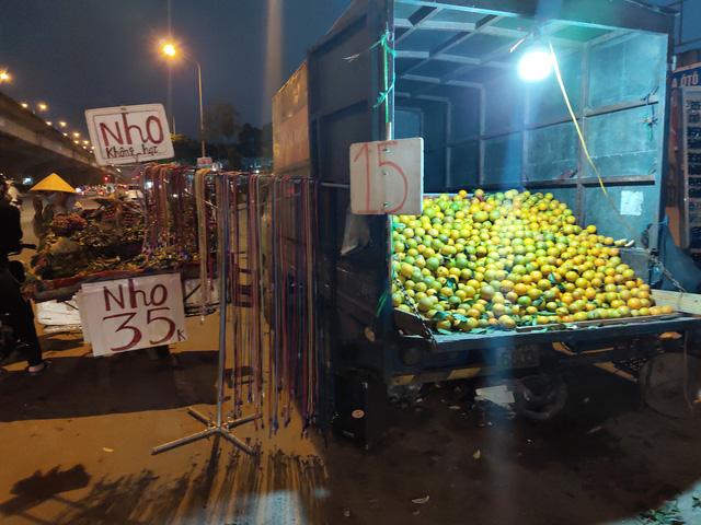 Trái cây Việt giá rẻ chưa từng có tràn lan khắp vỉa hè Hà Nội - Ảnh 3.