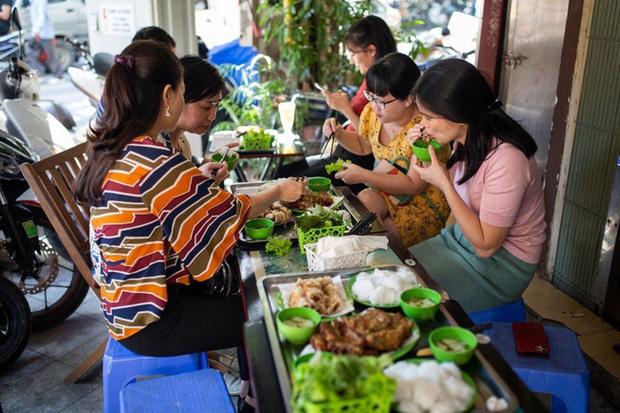 Báo nước ngoài đưa tin về hàng chả rươi 30 năm đông khách nhất nhì Hà Nội, món ăn trông thì rùng mình nhưng ăn vào lại thấy vị bất ngờ - Ảnh 5.