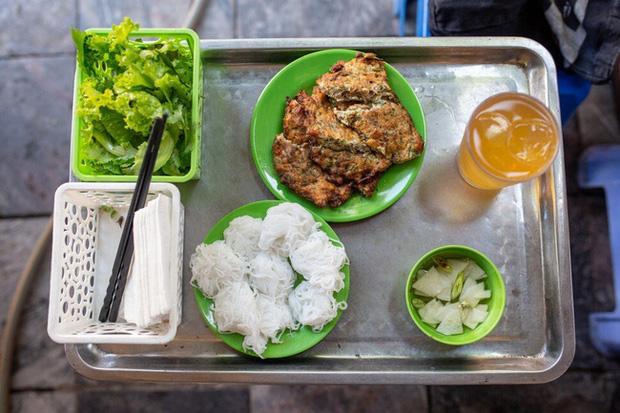 Báo nước ngoài đưa tin về hàng chả rươi 30 năm đông khách nhất nhì Hà Nội, món ăn trông thì rùng mình nhưng ăn vào lại thấy vị bất ngờ - Ảnh 6.