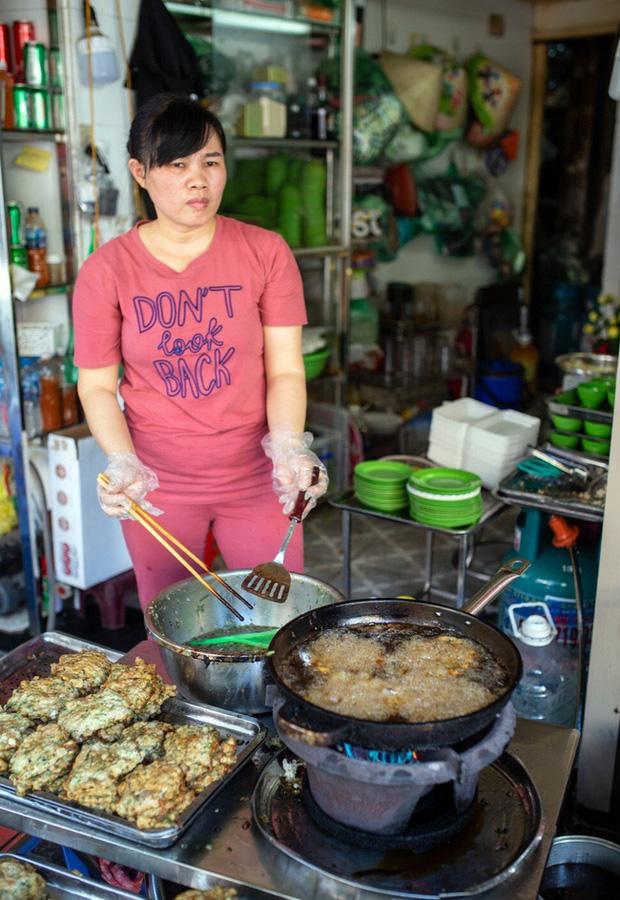Báo nước ngoài đưa tin về hàng chả rươi 30 năm đông khách nhất nhì Hà Nội, món ăn trông thì rùng mình nhưng ăn vào lại thấy vị bất ngờ - Ảnh 7.