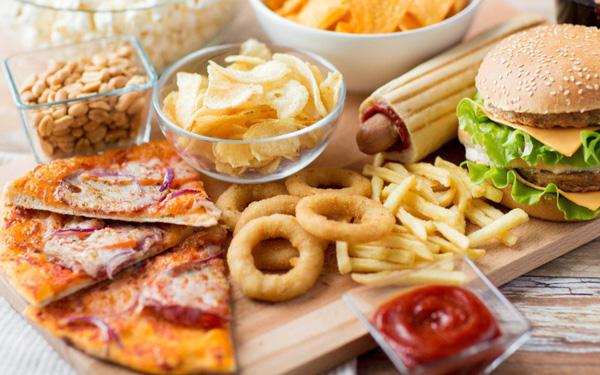 Nhiều người thường xuyên ăn uống theo 3 kiểu tiện lợi này mà không biết đang tự nuôi dưỡng mầm bệnh ung thư - Ảnh 1.