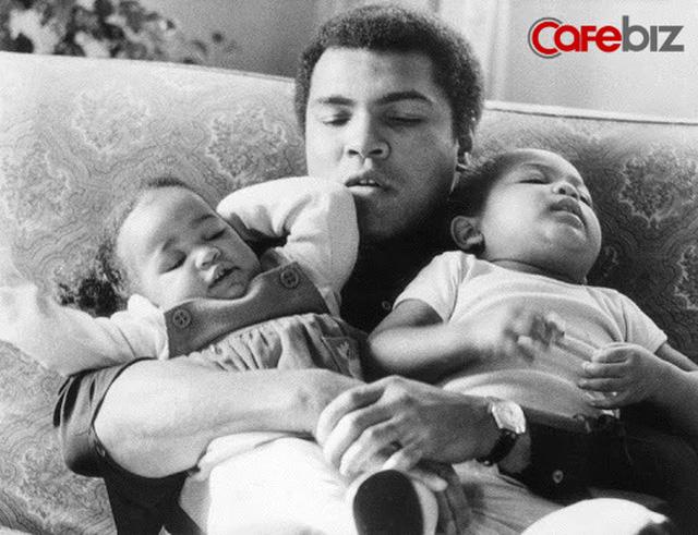 Dạy con về tiền bạc và thành công, huyền thoại quyền anh Muhammad Ali: Không phải con có bao nhiêu tiền, hãy nghĩ những mục tiêu lớn hơn, xa hơn, rộng hơn...  - Ảnh 1.