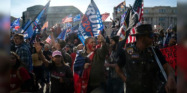 Hàng chục nghìn người biểu tình đổ về Washington, D.C., hô hào thêm 4 năm cho Tổng thống Trump - Ảnh 1.