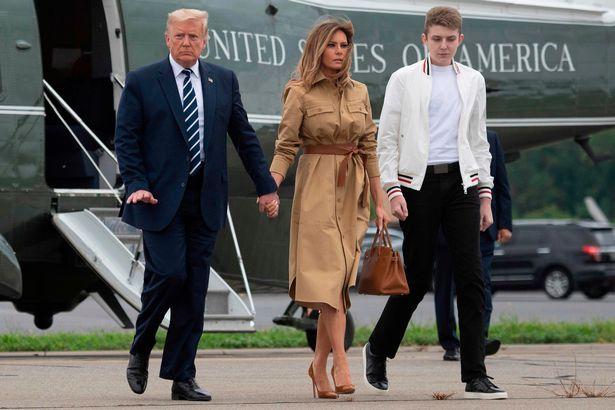 Thói quen thường xuyên của Hoàng tử Nhà Trắng Barron Trump khi đi cùng bố mẹ suốt 4 năm qua mà không mấy ai để ý tới - Ảnh 8.