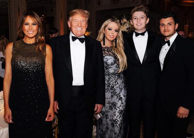 Thói quen thường xuyên của Hoàng tử Nhà Trắng Barron Trump khi đi cùng bố mẹ suốt 4 năm qua mà không mấy ai để ý tới - Ảnh 9.