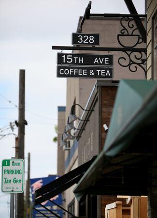 Cú lừa thế kỷ của Starbucks: Bỏ logo, biển hiệu, thay nội thất để biến thành một quán cà phê mới, cả khách hàng lẫn đối thủ đều bị lừa đẹp!  - Ảnh 1.