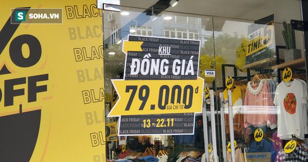 Phố thời trang hot nhất Hà Nội rợp biển giảm giá 80% trước ngày mua sắm khủng nhất năm - Ảnh 3.