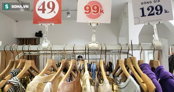 Phố thời trang hot nhất Hà Nội rợp biển giảm giá 80% trước ngày mua sắm khủng nhất năm - Ảnh 4.
