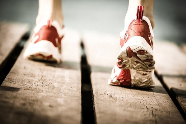 Thiếu nữ 18 tuổi đang chạy bộ thì đột nhiên có cảm giác bàn tay và bàn chân trái bị ai đó kéo lại, đến bệnh viện khám được chẩn đoán căn bệnh này - Ảnh 1.