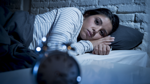 8 thói quen sai lầm chuyên gia nhấn mạnh nhất định phải bỏ trước khi đi ngủ nếu không muốn tự hại sức khỏe: Hầu hết mọi người vẫn thường làm mỗi ngày - Ảnh 2.