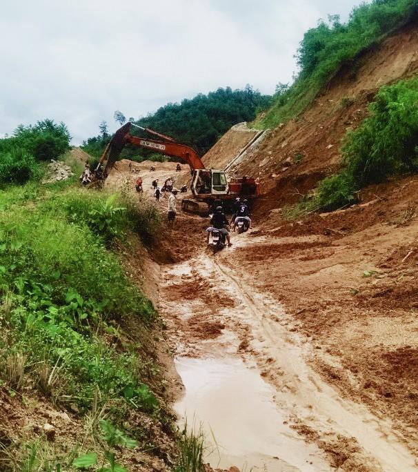 Đường sá ở miền Trung sạt lở, tan nát sau mưa bão - Ảnh 15.