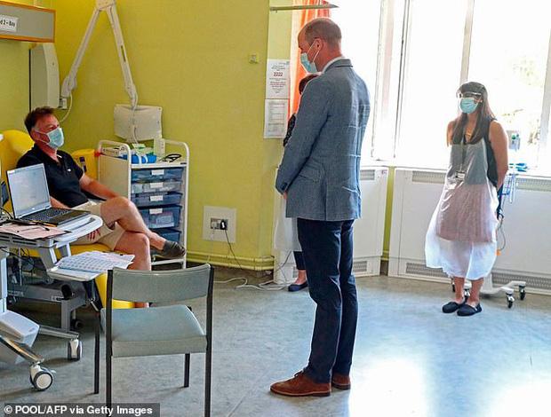 Hoàng tử William khiến công chúng ngỡ ngàng khi tiết lộ từng nhiễm Covid-19, triệu chứng khó thở nặng đến mức gia đình vô cùng hoảng loạn - Ảnh 3.