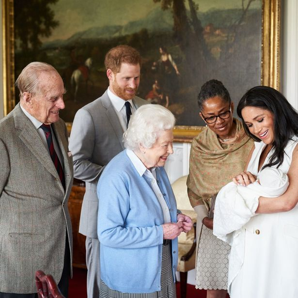 Vợ chồng Nữ hoàng Anh kỷ niệm 73 năm ngày cưới bằng bức hình ý nghĩa chứa chi tiết khiến vợ chồng Meghan Markle phải xấu hổ - Ảnh 5.