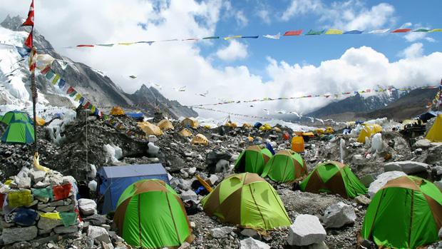 Khoa học phát hiện một sự thật đáng sợ đang hiện diện ở ngọn núi cao nhất thế giới: Tác động của con người lớn đến vậy rồi sao? - Ảnh 2.