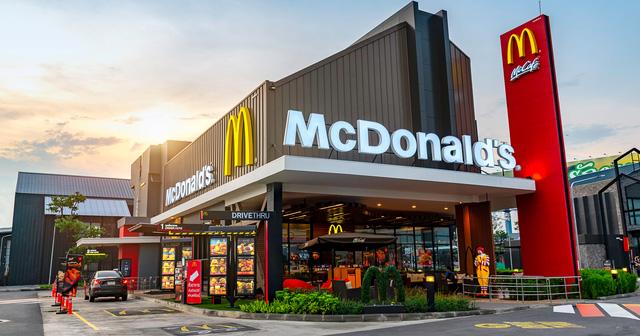 Bạn tưởng McDonalds bán bánh burger mà giàu ư, nhầm to! Nhờ chiến lược tinh vi này, họ là một trong 5 đại gia BĐS hàng đầu thế giới  - Ảnh 1.
