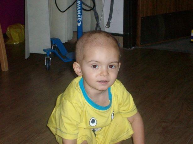 Con trai 2 tuổi bị ung thư máu hiếm gặp, khi bác sĩ nói hết cách chữa người mẹ chấp nhận cứu con bằng phương pháp điều trị ung thư chưa từng áp dụng cho trẻ em - Ảnh 1.