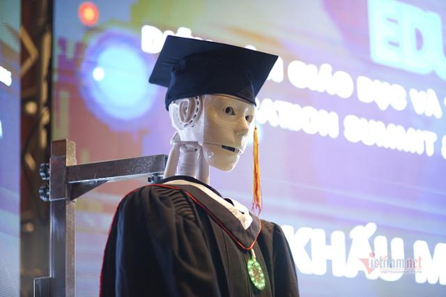 Xuất hiện robot AI Việt Nam được nhận định vượt xa Sophia: Biết đọc thơ, giải toán, có cả vị giác và trái tim - Ảnh 2.