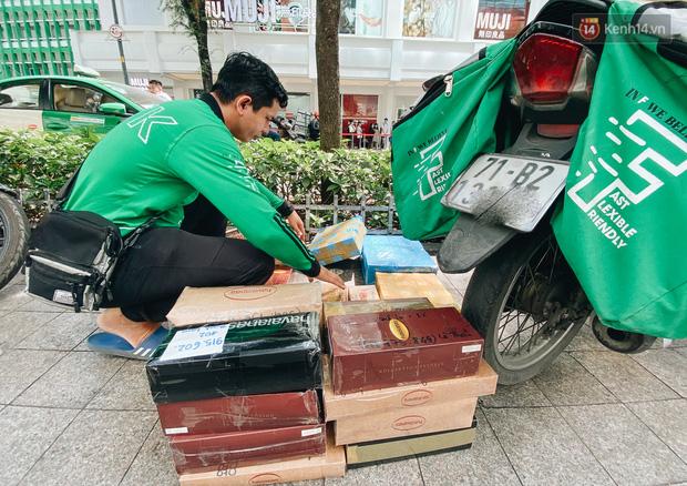 Ảnh: Shipper Sài Gòn làm việc hết công suất, nhận hàng trăm đơn hàng trong ngày Black Friday - Ảnh 11.