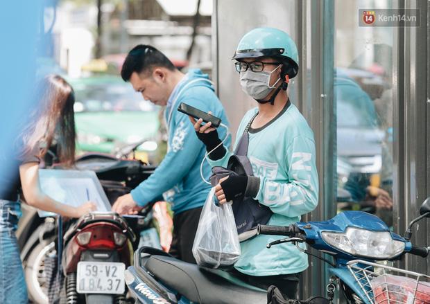 Ảnh: Shipper Sài Gòn làm việc hết công suất, nhận hàng trăm đơn hàng trong ngày Black Friday - Ảnh 12.