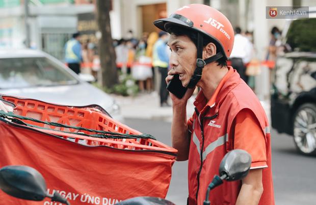Ảnh: Shipper Sài Gòn làm việc hết công suất, nhận hàng trăm đơn hàng trong ngày Black Friday - Ảnh 3.