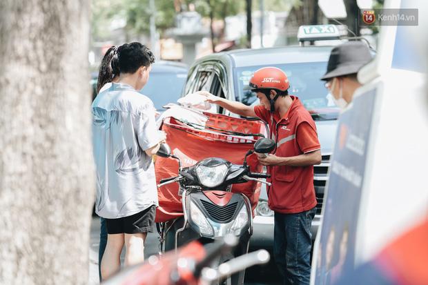 Ảnh: Shipper Sài Gòn làm việc hết công suất, nhận hàng trăm đơn hàng trong ngày Black Friday - Ảnh 4.