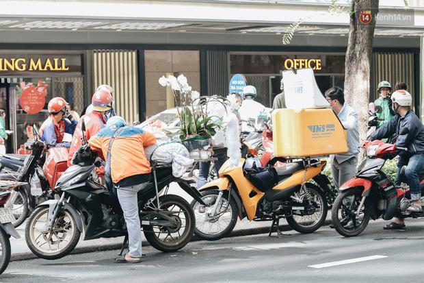 Ảnh: Shipper Sài Gòn làm việc hết công suất, nhận hàng trăm đơn hàng trong ngày Black Friday - Ảnh 7.