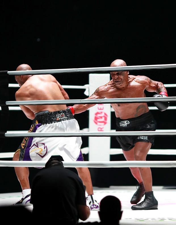 Mike Tyson tái xuất ấn tượng ở tuổi 54, hòa trong thế thắng trước nhà cựu vô địch thế giới sau một trận đấu tuyệt vời - Ảnh 1.