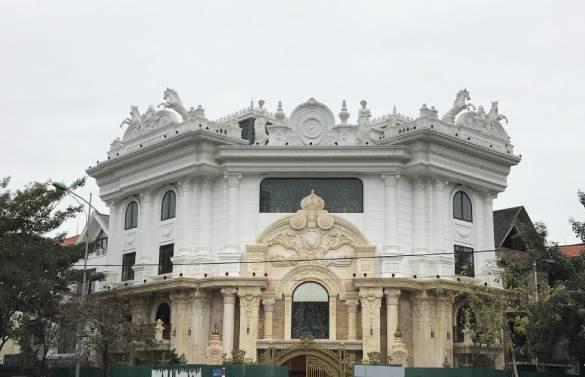 Hà Nội lệnh các quận báo cáo việc nở rộ công trình cung điện, lâu đài hợp thửa - Ảnh 1.