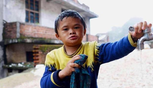 Cuộc sống của cậu bé có khuôn mặt giống Jack Ma như đúc 5 năm trước: Bỏ học làm hiện tượng mạng, lớn lên hết thời bị quay lưng - Ảnh 1.