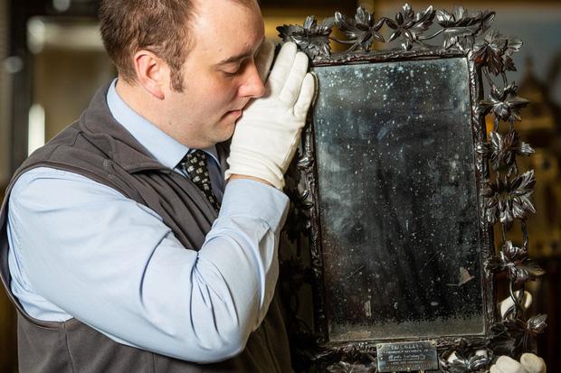 Gương cũ để suốt 40 năm trời trong WC không ai quan tâm hoá ra là báu vật của Hoàng gia Pháp trị giá đến 300 triệu đồng - Ảnh 1.