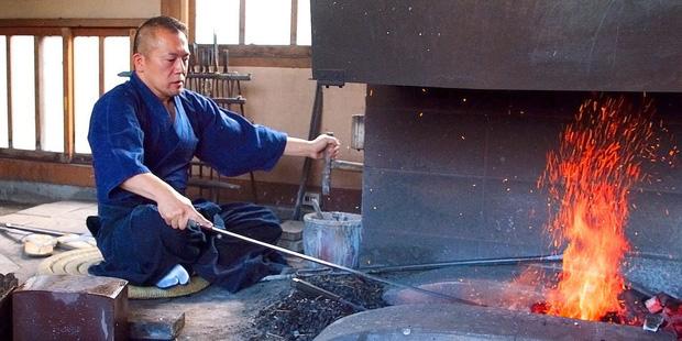 Kiếm katana Nhật Bản có giá tới cả trăm triệu đồng: Nhìn nghệ nhân rèn kiếm mất 18 tháng để làm 1 thanh, bạn sẽ hiểu tại sao nó lại đắt đến thế - Ảnh 1.