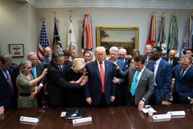 Bầu cử Mỹ: Sự thật bức ảnh TT Trump đứng không vững, cần người đỡ khi các bang ngả xanh - Ảnh 1.